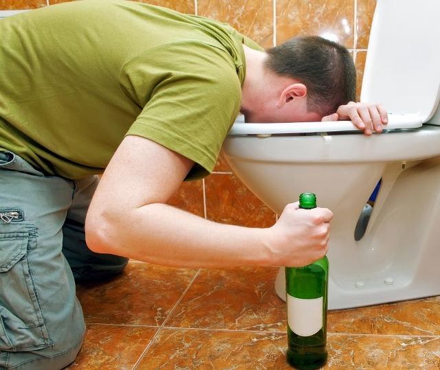 Признаки отравления метиловым спиртом: первая помощь при отравлении, смертельная доза для человека