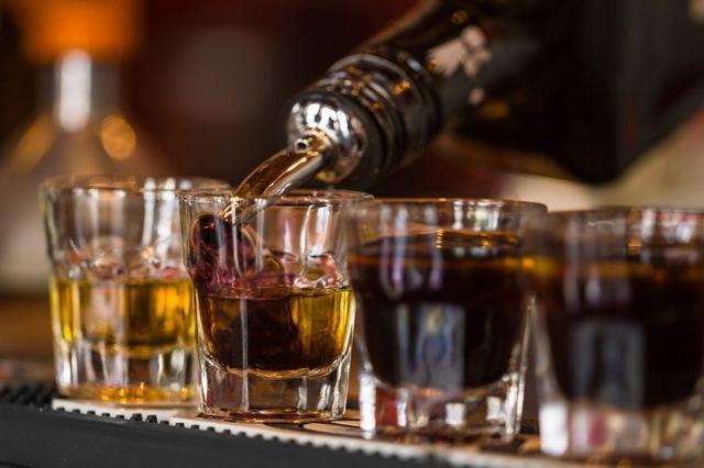 Повышает или понижает алкоголь давление — Влияние алкоголя на давление, советы врачей
