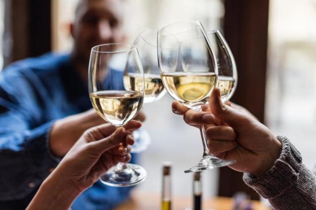 Почему пью и не пьянею от алкогольных напитков: возможные причины и влияние спиртного на организм