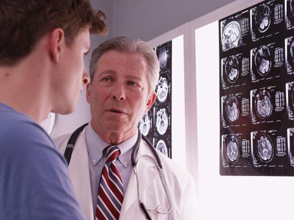 Признаки сотрясения мозга у взрослого человека через несколько минут, часов, дней после удара. Первая помощь, лечение легкой, средней, тяжелой степени, препараты в домашних условиях. Последствия