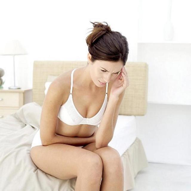 Зуд, жжение в интимной зоне у женщин, с выделениями, запахом и без, как лечить народными средствами, мази в домашних условиях
