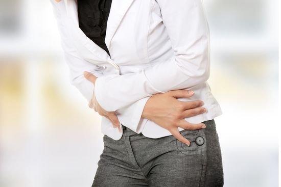 Боль вокруг пупка. Причины у женщин при нажатии, с тошнотой, во время месячных, беременности, вздутие живота. Лечение