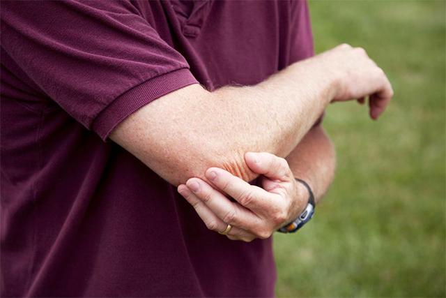 Болит локоть правой руки. Как лечить, обезболить, народные средства, мази при разгибании, нажатии, нагрузке, с внутренней стороны