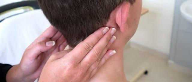 Шишка на голове. Что это может быть, если сзади, под кожей не болит, твердая на затылке, маленькая. Причины, как избавиться, к какому врачу обращаться