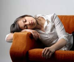 Сонливость и усталость: постоянная, днем, хроническая слабость, апатия. Причины у женщин, мужчин, быстрая утомляемость при беременности. Как избавиться, лечение: средства в таблетках, витамины